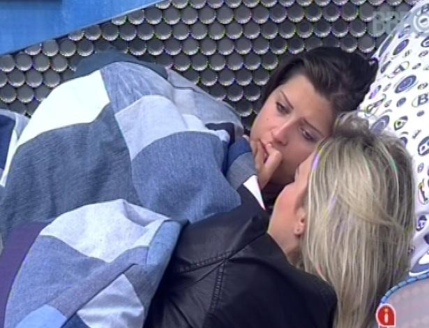 04.fev.2013 - Fernanda diz a Andressa que André continua sem a olhar e evita conversar