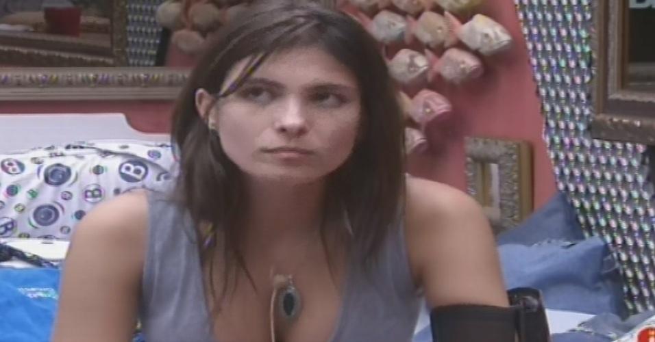 04.fev.2013 - Kamilla aconselha Fernanda a não deixar os outros brothers interferirem no que acontece entre ela e André