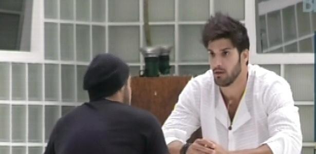 04.fev.2013 - Marcello chama Yuri para conversar sobre o voto do lutador para o paredão