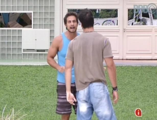 04.fev.2013 - Marcello e Eliéser se desentendem após conversa sobre o paredão