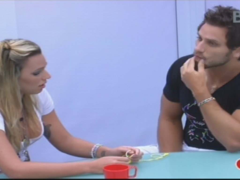 04.fev.2013 - Marien explica a Eliéser que ficou magoada por ele ter imunizado Kamilla