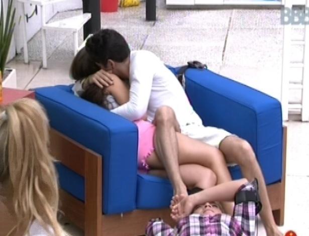 04.fev.2013 - Nasser abraça e dá beijos em Andressa no quintal da casa do