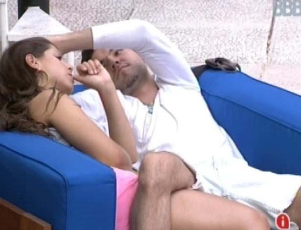 04.fev.2013 - Nasser faz carinho em cabelo de Andressa enquanto ela fala que seu perfume acabou