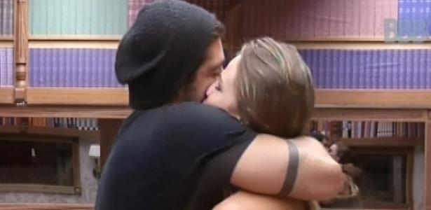04.fev.2013 - Yuri abraça Natália no quarto biblioteca