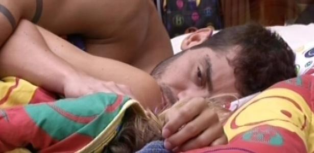 04.fev.2013 - Yuri acorda com o toque de despertar, mas não levanta da cama