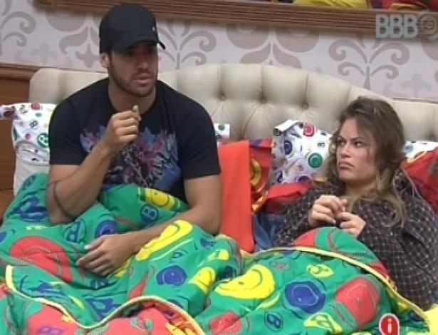 04.fev.2013 - Yuri e Natália conversam com brothers que estão na xepa sobre o que comprar no mercadinho