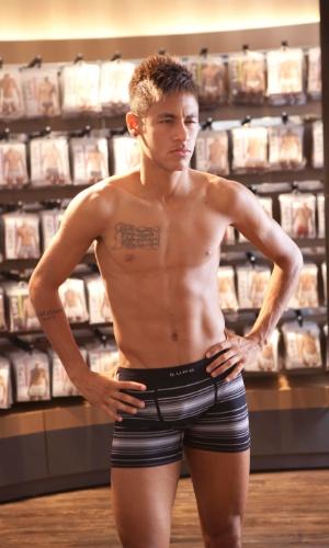 04.fev.2013 -Neymar em novo ensaio de cueca