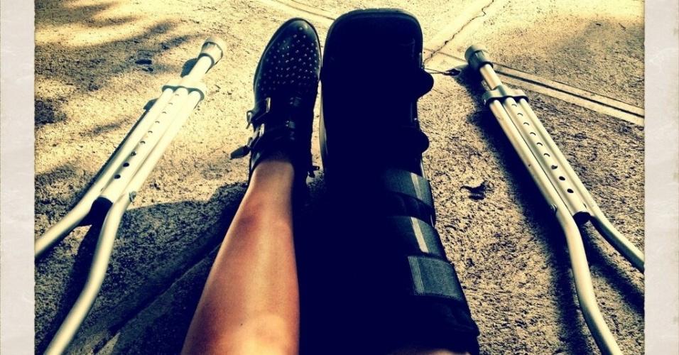 4.fev.2013 - A cantora Demi Lovato divulga imagem no Twitter que mostra sua perna direita imobilizada e acusa a presença de muletas para auxílio à locomoção