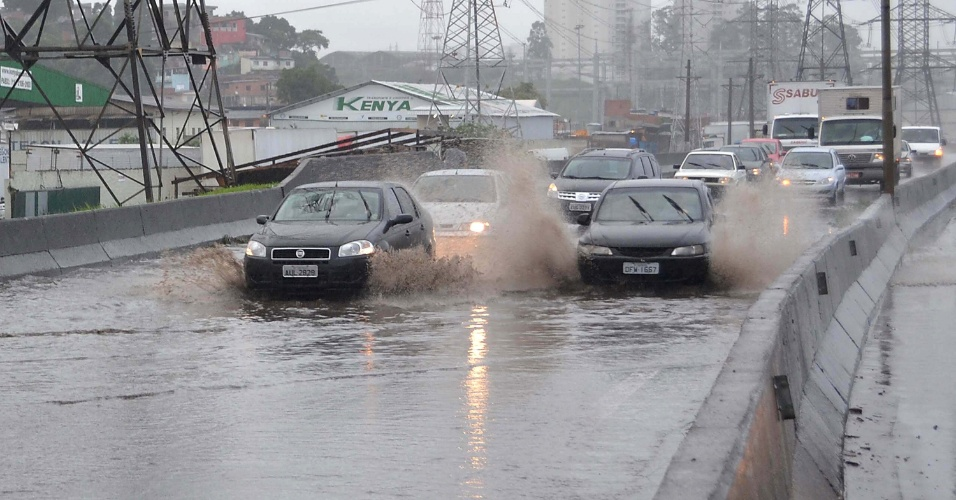 4.fev.2013 - Alagamento na manhã desta segunda-feira (4), na pista local da BR 381, região do Jaçanã em São Paulo (SP), devido a forte chuva que atinge a capital paulista.