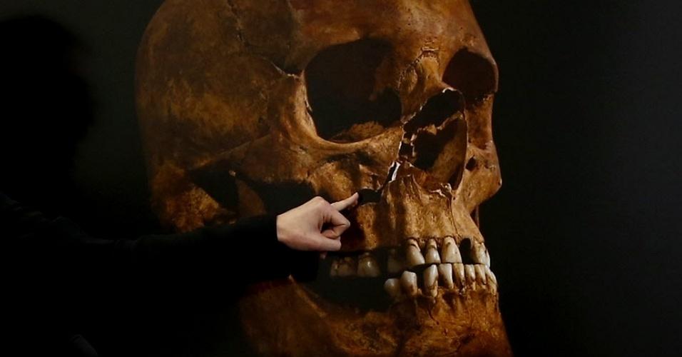4.fev.2013 - Especialista em ossos indica dano a crânio que se acredita ser do rei Ricardo III, durante coletiva de imprensa em Leicester, no Reino Unido. Nesta segunda-feira (4), pesquisadores britânicos anunciaram que um crânio danificado e uma espinha curvada achados enterrados em um estacionamento são mesmo do rei Ricardo III