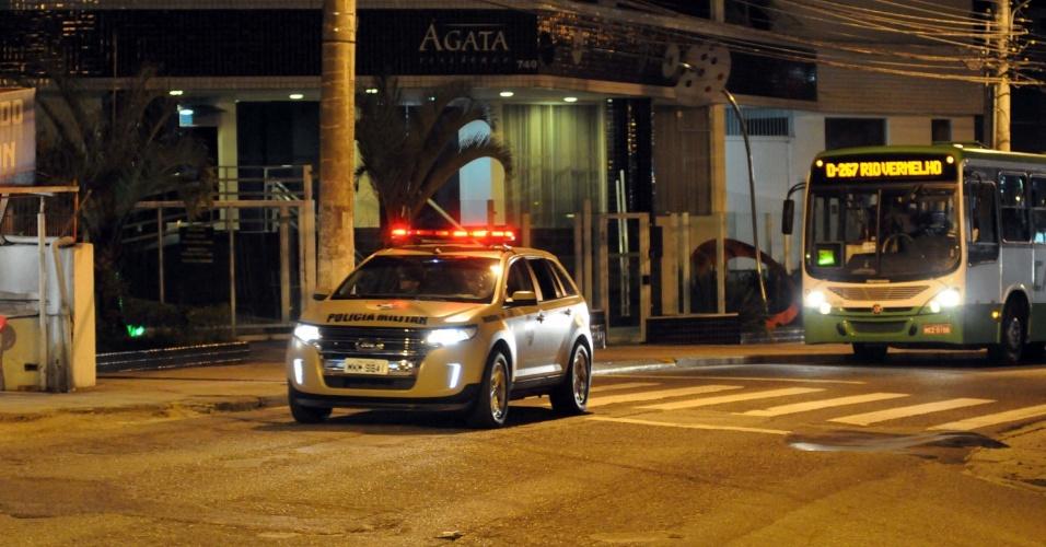 4.fev.2013 - Ônibus é escoltado por policiais militares em Florianópolis, Santa Catarina, após os atentados criminosos que voltaram a atormentar as noites do capital catarinense