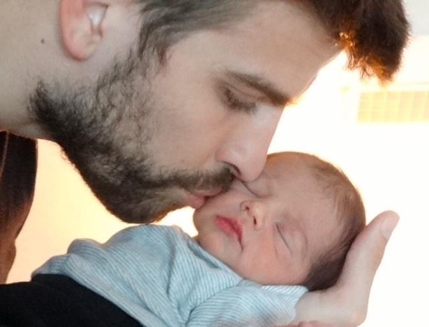 4.fev.2013 - A cantora Shakira divulgou a imagem do filho, Milan, sendo beijado pelo pai, o jogador Gerard Piqué, dentro da página da Unicef e pediu para que seus fãs ajudem crianças carentes