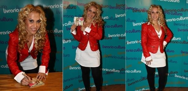 """4.jan.2013 - A cantora Joelma autografou o novo CD da Banda Calypso, """"Eternos Namorados"""", em uma livraria em São Paulo"""