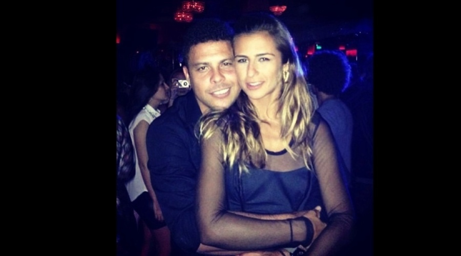 """4.jan.2013 - A DJ Paula Morais, nova namorada de Ronaldo, divulgou uma imagem abraçada ao ex-jogador. """"A saudade é a nossa alma dizendo para onde ela quer voltar"""", escreveu ela"""