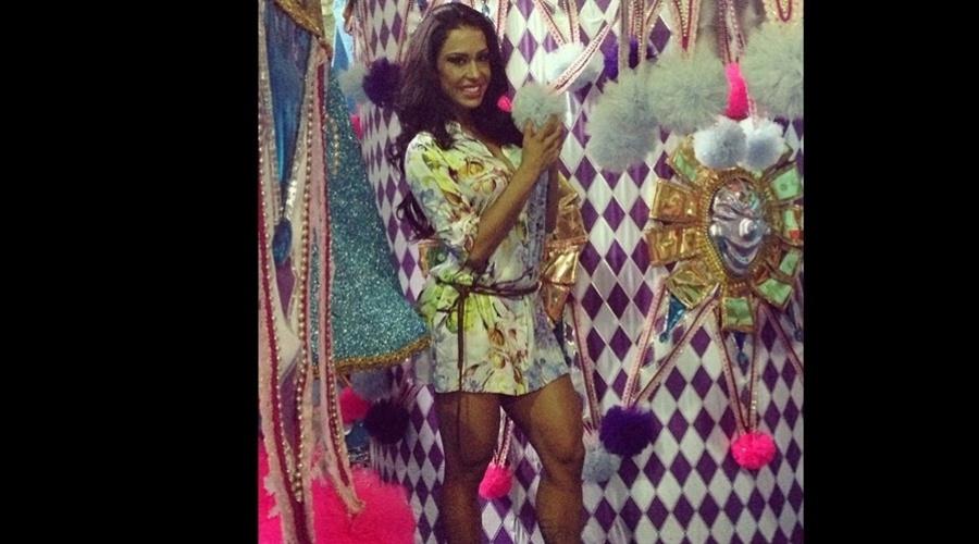 4.jan.2013 - Gracyanne Barbosa visitou o barracão da escola de samba Mangueira, na zona portuária do Rio. A modelo é rainha da bateria da agremiação