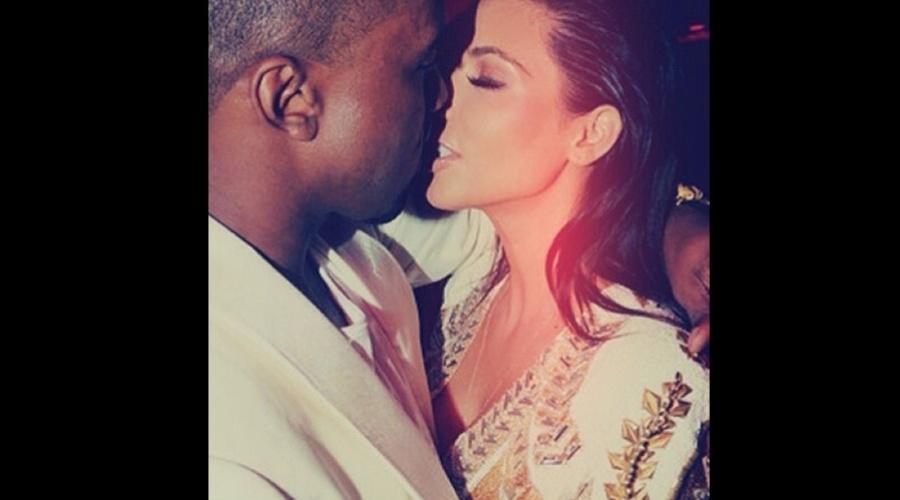 4.jan.2013 - Grávida, Kim Kardashian divulgou uma imagem onde aparece beijando o namorado, o rapper Kanye West
