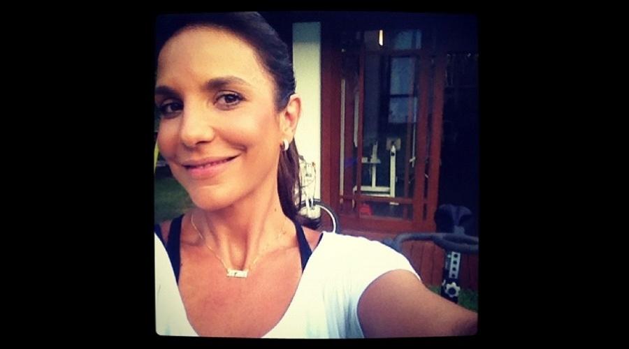 """4.jan.2013 - Ivete Sangalo divulgou uma foto sua momentos antes de malhar. """"Vamos malhar"""", escreveu ela"""
