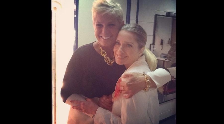 "4.jan2013 - Xuxa e Letícia Spiller se abraçaram nos bastidores do programa ""TV Xuxa"". A atriz iniciou a carreira como paquita na década de 90"