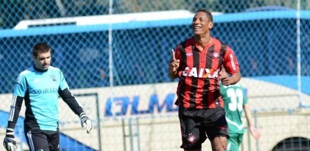 Marcão comemora um de seus gols na vitória do Atlético-PR sobre o Ludogorets Razgrad