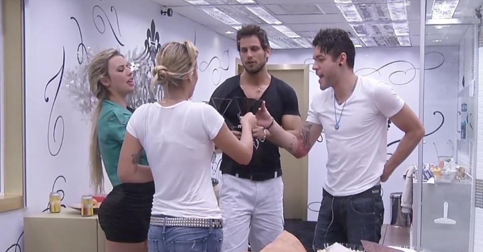 04.fev.2013 - Marien, Fernanda, Eliéser e Nasser fazem brinde antes do início da sessão de cinema no quarto do líder