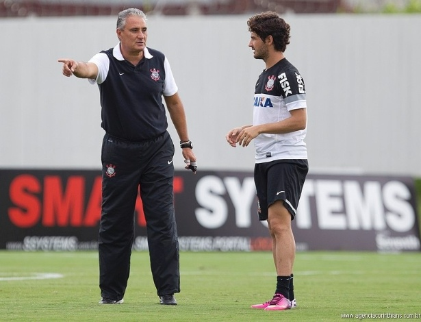 05.02.2013 - Tite, técnico do Corinthians, orienta Alexandre Pato em um treino no CT Joaquim Grava