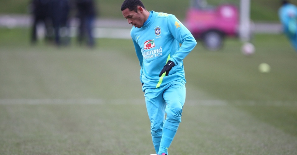 05.fev.2013 - Adriano durante treino da seleção brasileira na Inglaterra