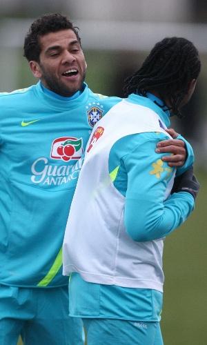 05.fev.2013 - Daniel Alves brinca com Arouca em treino da seleção brasileira em Londres