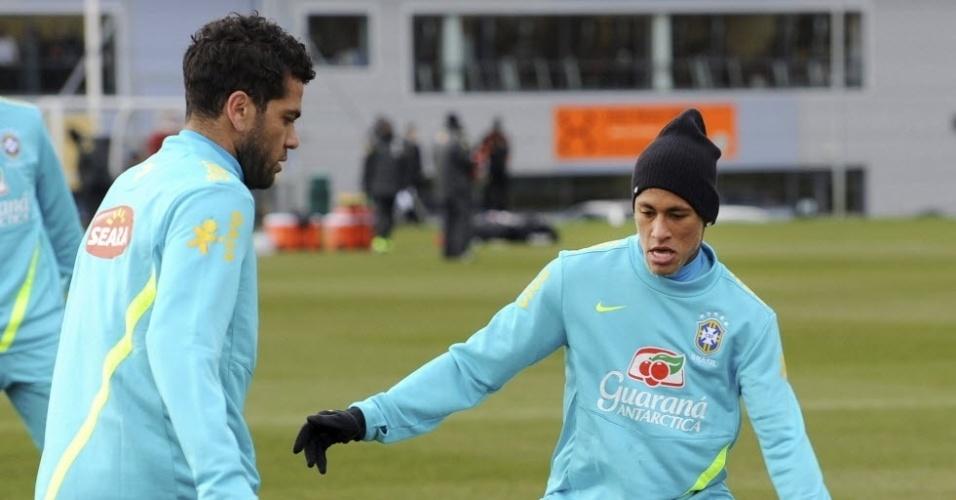 05.fev.2013 - Daniel Alves tenta jogada para cima de Neymar durante treino da seleção brasileira