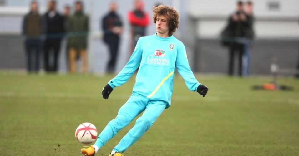 05.fev.2013 - David Luiz faz lançamento durante treino da seleção brasileira em Londres