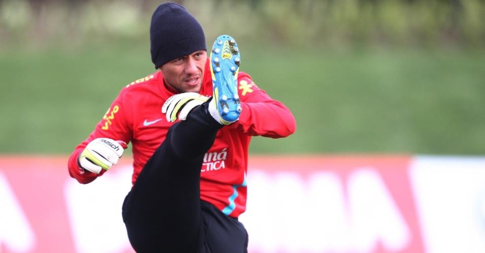 05.fev.2013 - Diego Alves faz alongamento em treino da seleção brasileira