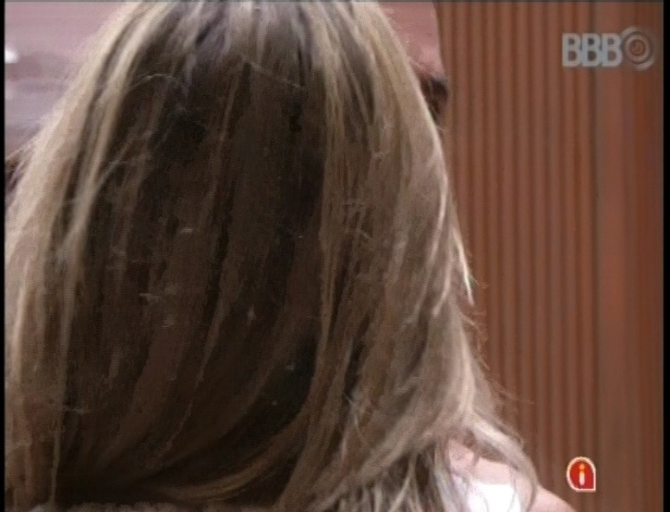05.fev.2013 - Fani e Yuri fazem as pazes minutos depois de discutirem sobre atitudes grosseiras de ambos