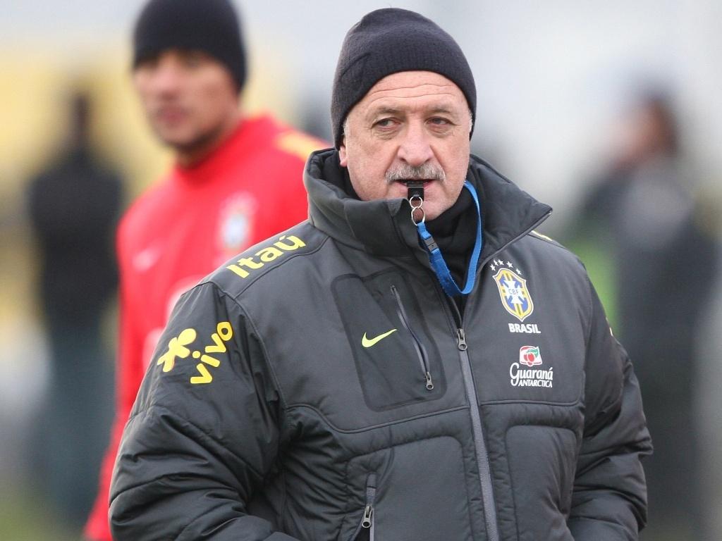 05.fev.2013 - Felipão observa treinamento da seleção brasileira