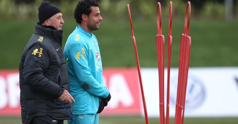 05.fev.2013 - Felipão orienta Fred em treino da seleção brasileira