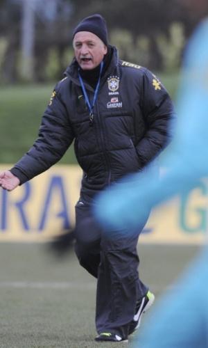 05.fev.2013 - Felipão orienta treino da seleção brasileira