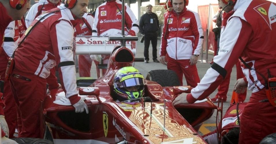 05.fev.2013 - Felipe Massa para nos boxes da Ferrari durante o primeiro teste coletivo da temporada, em Jerez de la Frontera