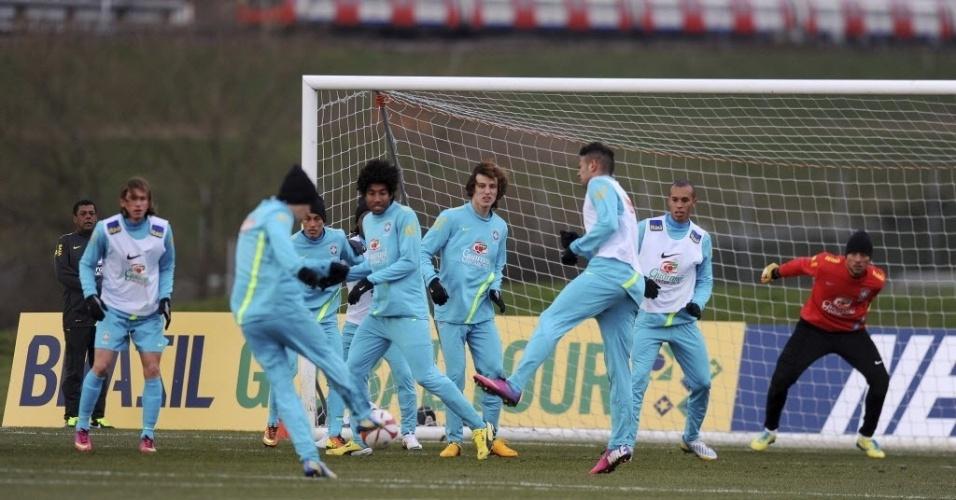 05.fev.2013 - Jogadores da seleção brasileira durante treino na Inglaterra