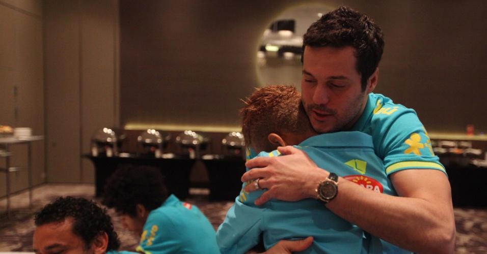 05.fev.2013 - Júlio César abraça Neymar para parabenizar o atacante pelo aniversário de 21 anos