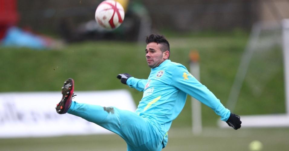 05.fev.2013 - Leandro Castán tenta dominar a bola durante treino da seleção brasileira na Inglaterra