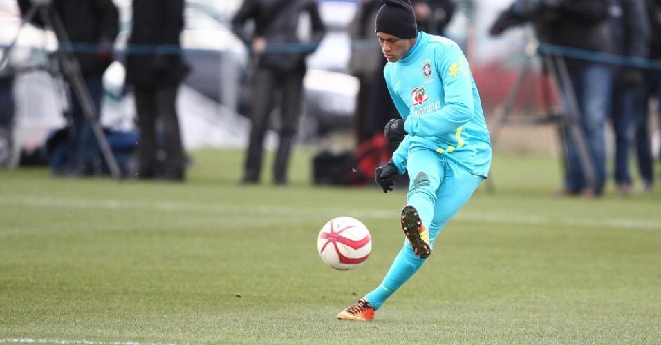 05.fev.2013 - Neymar durante finalização no treino da seleção brasileira