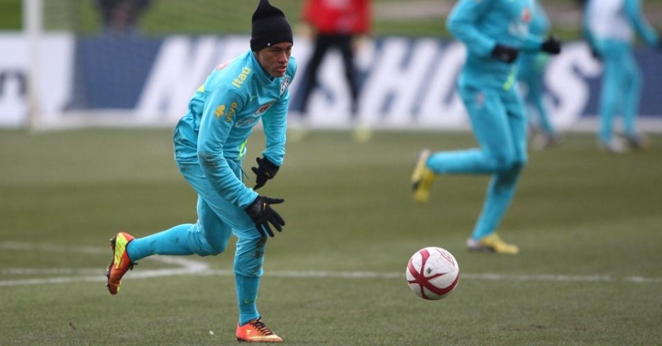 05.fev.2013 - Neymar durante treino da seleção brasileira em Londres