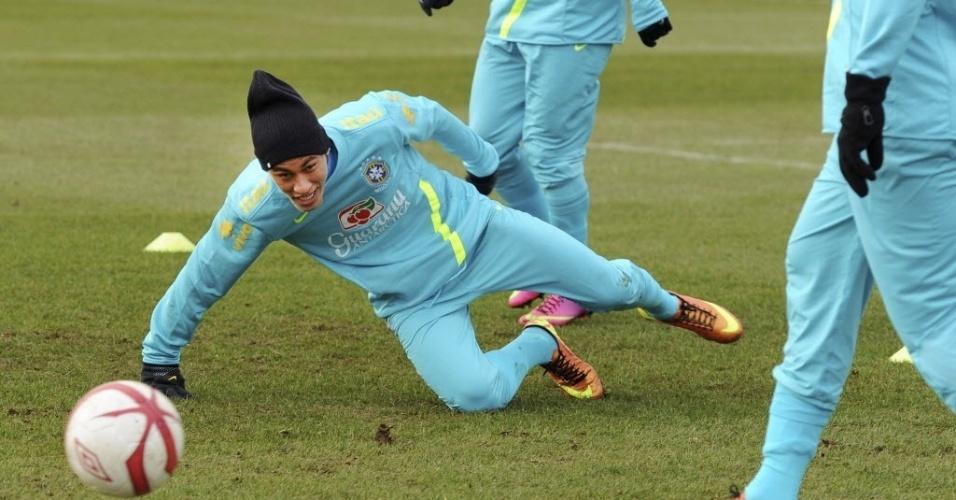 05.fev.2013 - Neymar é derrubado durante treino da seleção brasileira