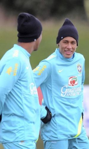 05.fev.2013 - Neymar e Ronaldinho Gaúcho conversam durante treino da seleção brasileira em Londres
