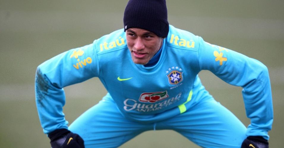 05.fev.2013 - Neymar faz alongamento antes de treino da seleção brasileira