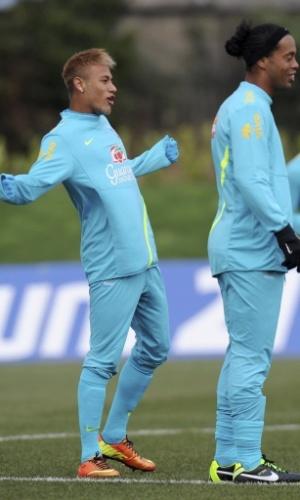 05.fev.2013 - Neymar faz graça durante treino do Brasil