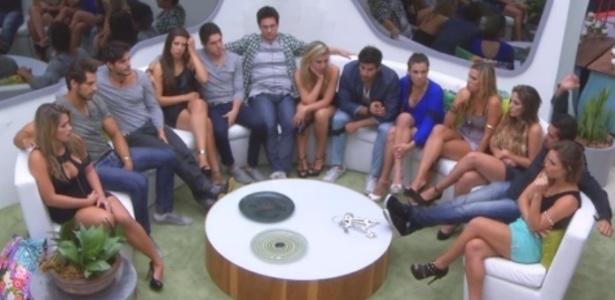 05.fev.2013 - Participantes aguardam primeira entrada ao vivo do apresentador Pedro Bial