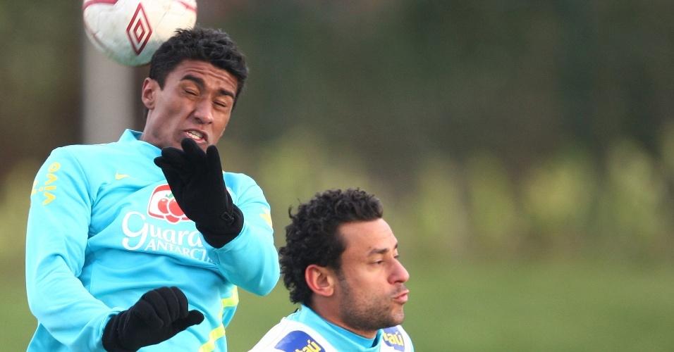 05.fev.2013 - Paulinho e Fred disputam bola em treino da seleção brasileira