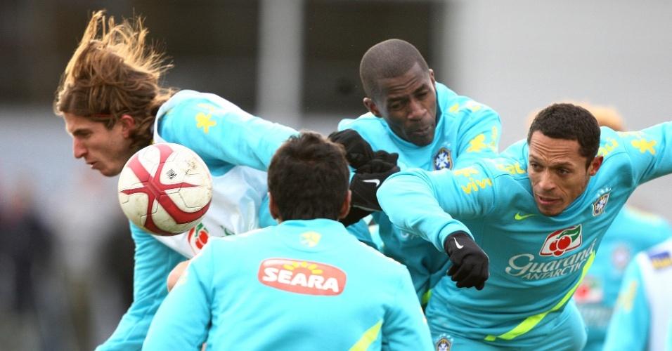 05.fev.2013 - Ramires e Adriano divem bola em treino da seleção brasileira em Londres