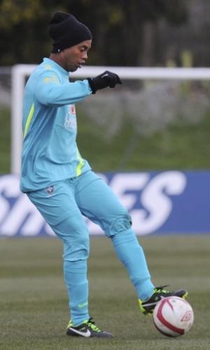 05.fev.2013 - Ronaldinho faz jogada em treino da seleção brasileira