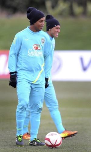 05.fev.2013 - Ronaldinho Gaúcho e Neymar no treino da seleção brasileira