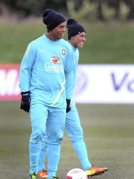 Ronaldinho Gaúcho e Neymar no treino da Seleção Brasileira, em 2013 - EFE/Andy Rain